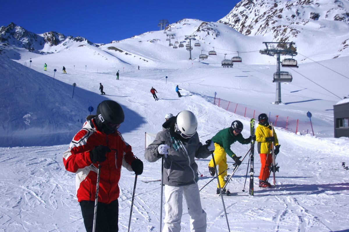 Narciarze na lodowcu Pitztal