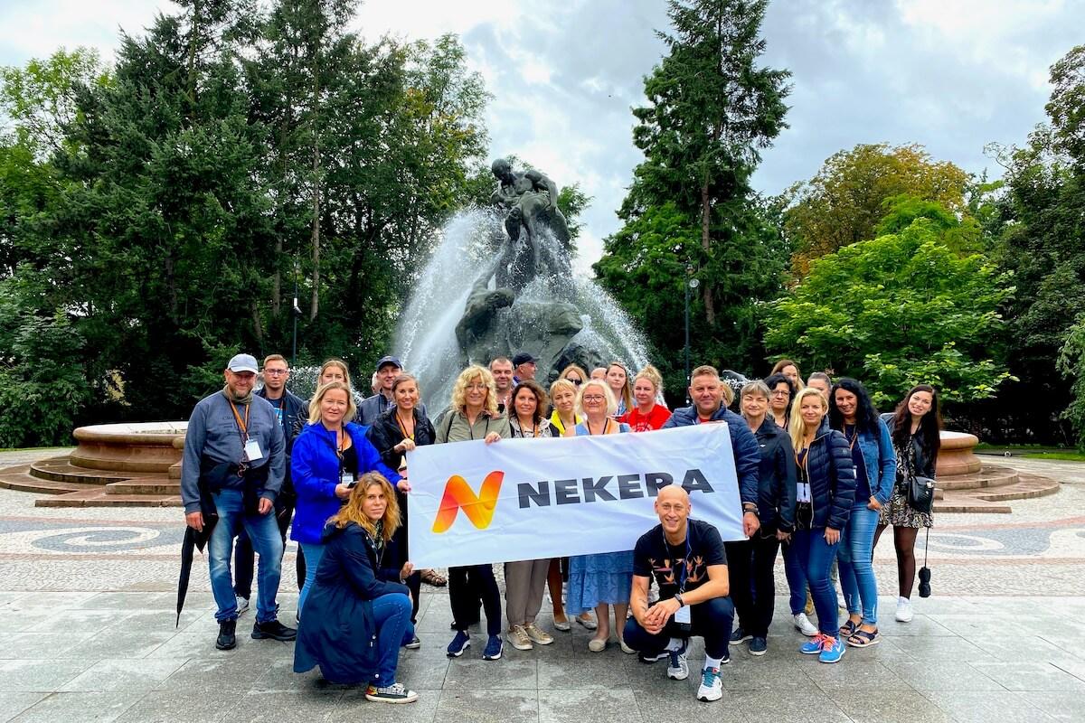 """Agenci Nekera przy fontannie """"Potop"""""""