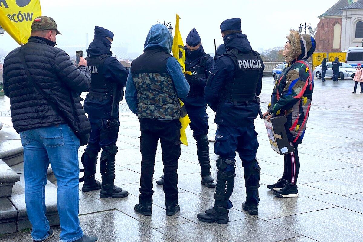 Policjanci legitymują uczestników spotkania