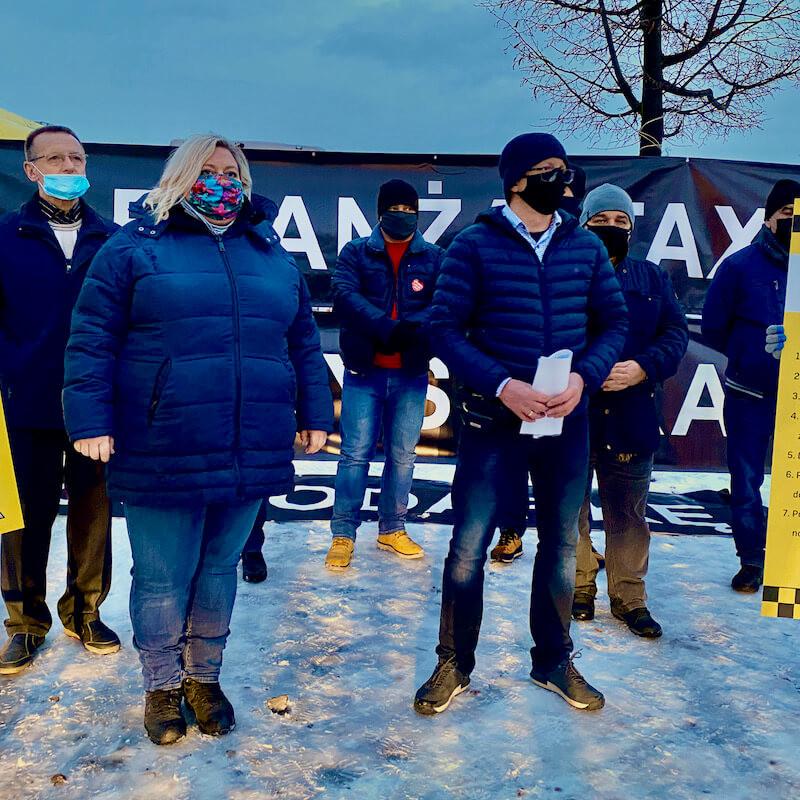 Konferencja prasowa protestujących na błoniach Stadionu Narodowego w Warszawie