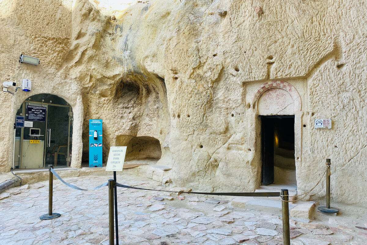 """Wejście do """"ciemnego kościoła"""" Göreme Kapadocja Turcja"""