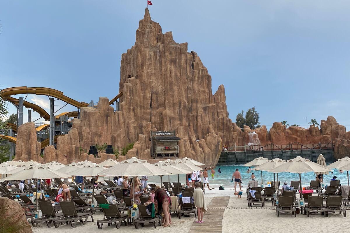 Jedna ze sztucznych plaż w Land of Legends