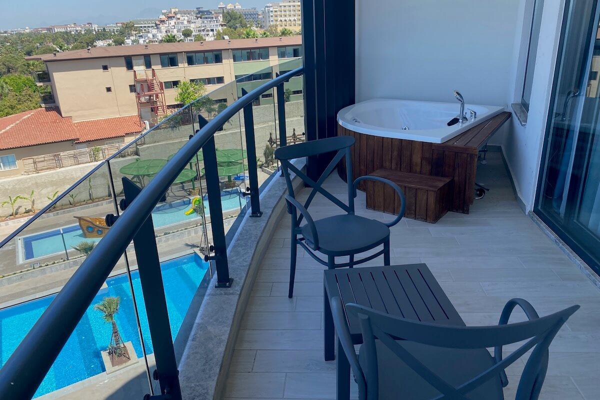 Balkon z jacuzzi w pokoju deluxe standard w Seaden Quality