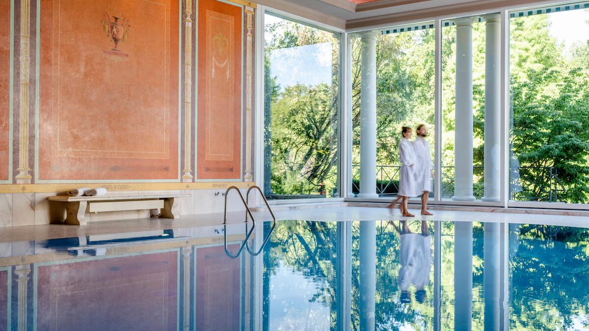 Relaks na basenie jednego z ośrodków wellness w Baden-Baden