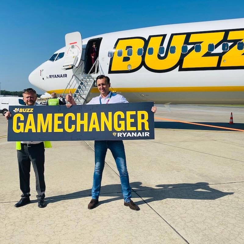 Prezes Lotniska w Modlinie Leszek Chorzewski i prezes Ryanair Buzz Michał Kaczmarzyk przed nowym Boeingiem 737 8200